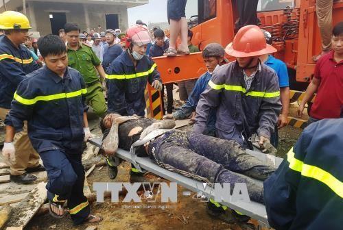 Sập giàn giáo thi công cây xăng, 7 công nhân nhập viện - Ảnh 2