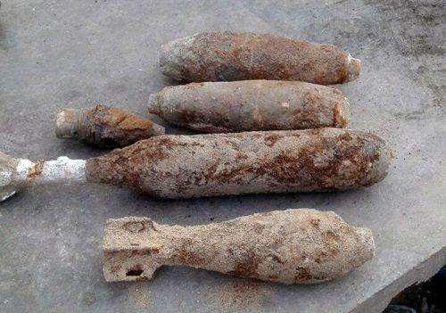 Người dân hoảng sợ khi phát hiện 4 quả đạn pháo ngay dưới nền nhà - Ảnh 1