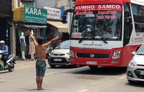 Người đàn ông chặn đầu xe ô tô, quỳ lạy ngoài đường khiến giao thông Sài Gòn tắc nghẽn - Ảnh 1