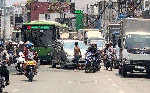 Người đàn ông chặn đầu xe ô tô, quỳ lạy ngoài đường khiến giao thông Sài Gòn tắc nghẽn - Ảnh 2