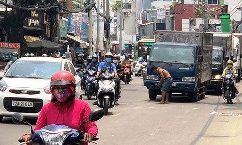 Người đàn ông chặn đầu xe ô tô, quỳ lạy ngoài đường khiến giao thông Sài Gòn tắc nghẽn - Ảnh 4