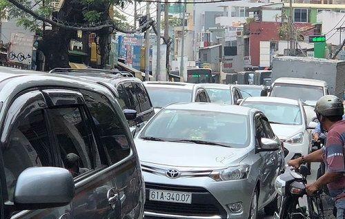Người đàn ông chặn đầu xe ô tô, quỳ lạy ngoài đường khiến giao thông Sài Gòn tắc nghẽn - Ảnh 5