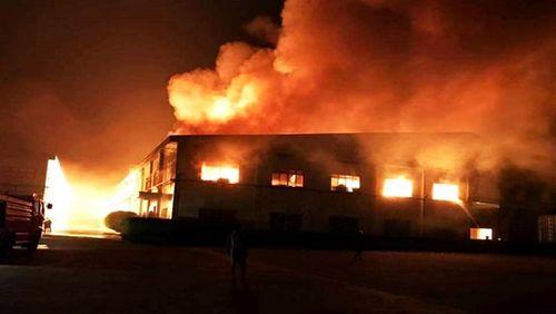 Cháy lớn ở Bình Dương, xưởng gỗ 3.000 m2 đổ sập - Ảnh 1
