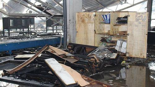 Cháy lớn ở Bình Dương, xưởng gỗ 3.000 m2 đổ sập - Ảnh 2