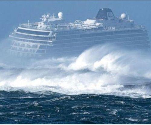 Màn giải cứu ngoạn mục du thuyền chở hơn 1.300 người gặp nạn ở Nauy - Ảnh 1