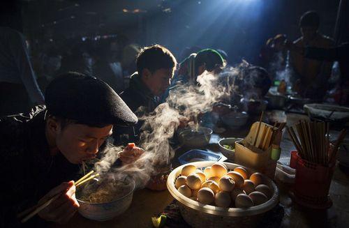 """Nhiếp ảnh gia Việt thắng giải ảnh quốc tế với tác phẩm """"Bữa sáng chợ phiên"""" - Ảnh 1"""