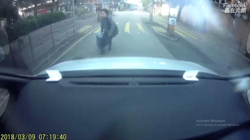 Người phụ nữ đâm thẳng vào đầu xe ô tô hòng ăn vạ - Ảnh 1