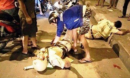 Bị CSGT chặn xe, 2 thanh niên đánh Cảnh sát cơ động trọng thương - Ảnh 1
