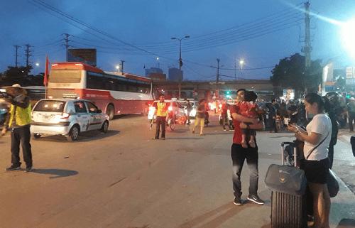 """Hậu nghỉ lễ: Cửa ngõ Sài Gòn kẹt cứng, người dân """"tay xách nách mang"""" về thủ đô - Ảnh 16"""