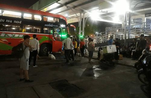 """Hậu nghỉ lễ: Cửa ngõ Sài Gòn kẹt cứng, người dân """"tay xách nách mang"""" về thủ đô - Ảnh 13"""