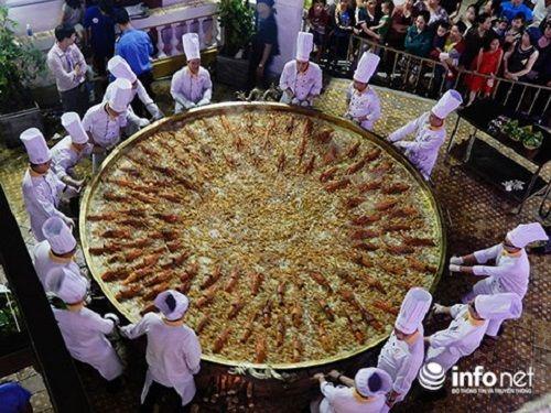 30 đầu bếp cùng tham gia chế biến chiếc bánh xèo lớn nhất Việt Nam - Ảnh 2