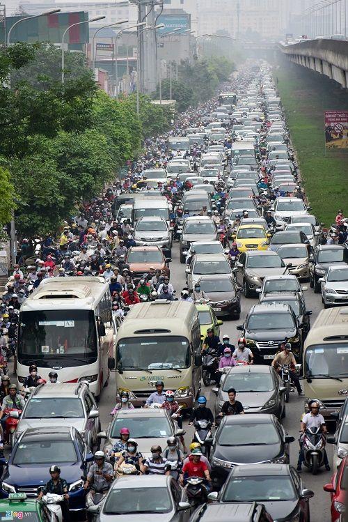 Ngày đầu tiên sau kỳ nghỉ lễ, đường Hà Nội tắc dài hàng km - Ảnh 3