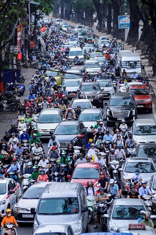 Ngày đầu tiên sau kỳ nghỉ lễ, đường Hà Nội tắc dài hàng km - Ảnh 6