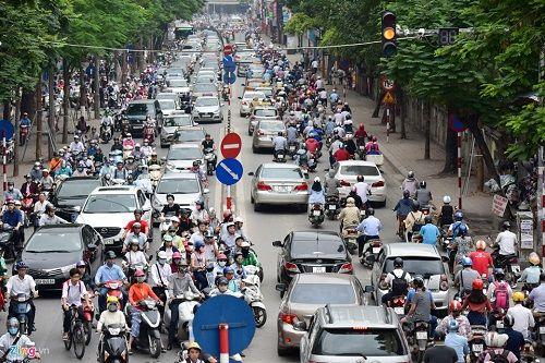 Ngày đầu tiên sau kỳ nghỉ lễ, đường Hà Nội tắc dài hàng km - Ảnh 7
