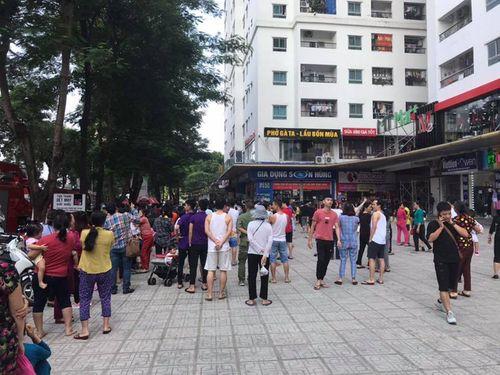 Cháy căn hộ tầng 31 chung cư Linh Đàm, cư dân hoảng loạn tháo chạy xuống dưới - Ảnh 1
