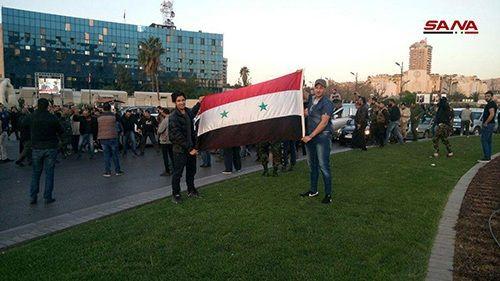 Tên lửa Mỹ bị bắn hạ, người dân Syria đổ xô ra phố ăn mừng - Ảnh 1