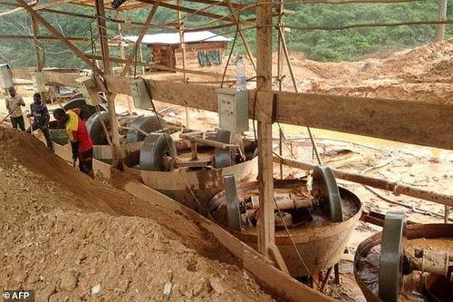 Công ty đào vàng của Trung Quốc bị tố hủy hoại vùng đất Cameroon - Ảnh 1