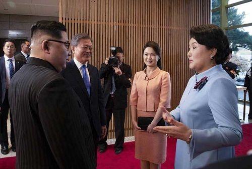 """Phu nhân Hàn – Triều """" tay trong tay"""" cùng nhau dự tiệc tối - Ảnh 1"""