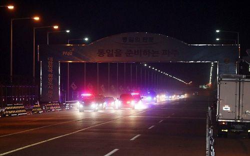 Cái nắm tay thật chặt của hai nhà lãnh đạo Hàn - Triều nhau trong lễ chia tay - Ảnh 9