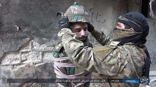 IS tiết lộ cách hành hình mới, biến tù nhân thành bom sống - Ảnh 1