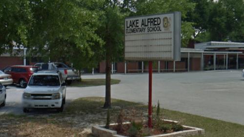 Giáo viên Mỹ bị đình chỉ vì bắt học sinh cọ sàn bằng bàn chải đánh răng suốt 3 giờ - Ảnh 1