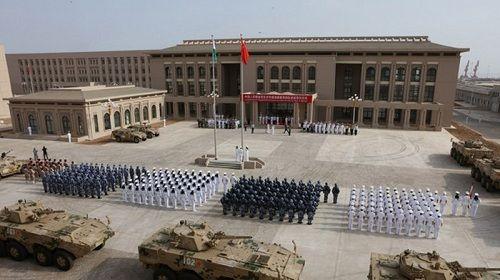 Trung Quốc bị cáo buộc chiếu tia laser khiến 2 phi công Mỹ bị thương - Ảnh 1