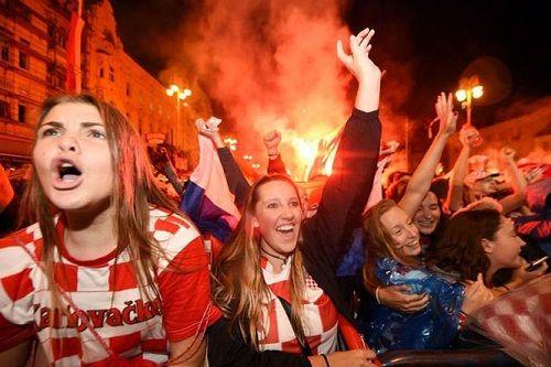 CĐV Croatia vỡ òa sung sướng, ăn mừng chiến thắng World Cup lịch sử - Ảnh 2