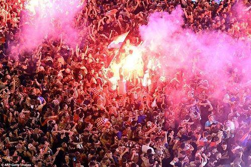 CĐV Croatia vỡ òa sung sướng, ăn mừng chiến thắng World Cup lịch sử - Ảnh 3