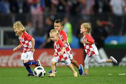 CĐV Croatia vỡ òa sung sướng, ăn mừng chiến thắng World Cup lịch sử - Ảnh 4