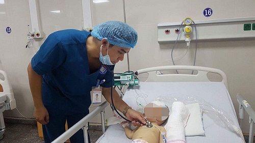 Quảng Bình: Cứu sống bé trai 10 tháng tuổi bị áp xe não hiếm gặp - Ảnh 1