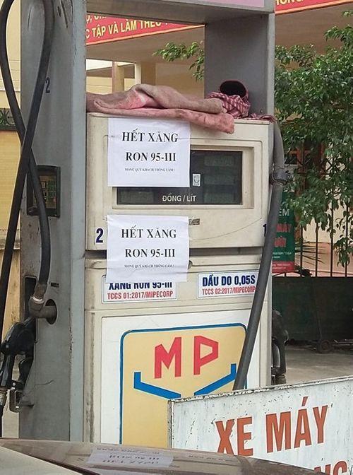 Nhiều cây xăng tại Hà Nội dán thông báo dừng bán RON 95 - Ảnh 2