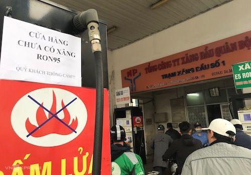 Nhiều cây xăng tại Hà Nội dán thông báo dừng bán RON 95 - Ảnh 1