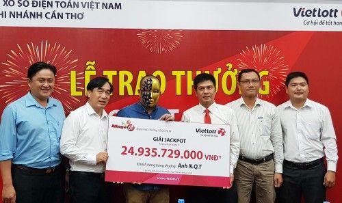 Chủ nhân may mắn trúng jackpot trị giá hơn 3,5 tỷ đồng đã đến nhận giải - Ảnh 2