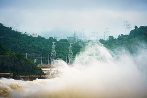 Sáng nay, thủy điện Hòa Bình và Sơn La đồng loạt xả lũ - Ảnh 1