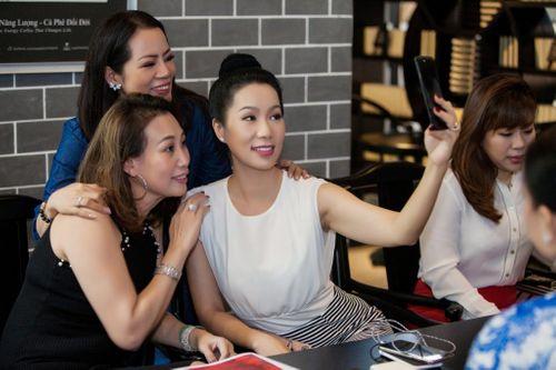 Tha hồ selfie, checkmail, tám điện thoại cùng pin sạc dự phòng TONV - Ảnh 2