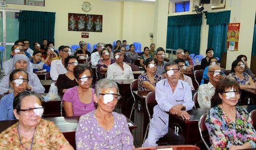 350 bệnh nhân tìm lại được ánh sáng - Ảnh 1