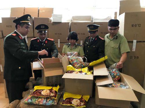 Hà Nội: Thu giữ gần 3 tấn bánh kẹo nhập ngoại không rõ nguồn gốc - Ảnh 2