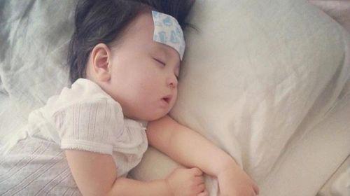 Cách hạ sốt cho bé an toàn, đơn giản ngay tại nhà, mẹ lưu về khi cần dùng cho con - Ảnh 1