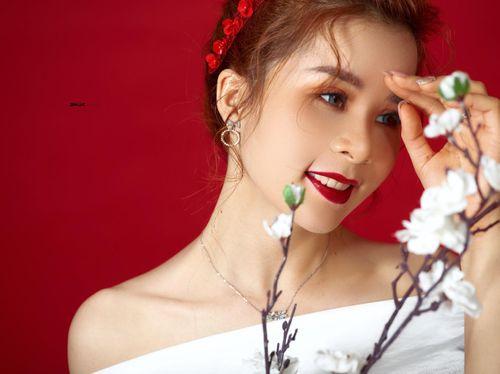 Hoa hậu Nhân ái Ly Nguyễn quyến rũ trong bộ ảnh Tết 2019 - Ảnh 1