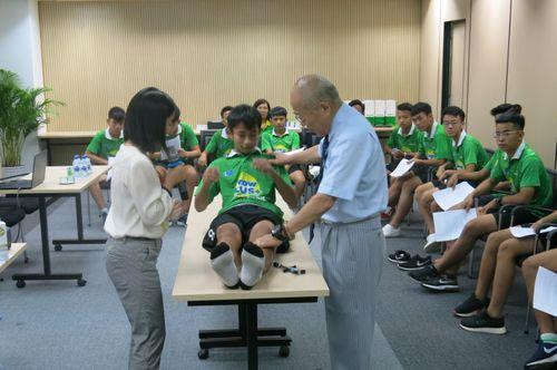 Bác sĩ Nhật hướng dẫn trị liệu chấn thương cho học viện bóng đá NutiFood JMG - Ảnh 2