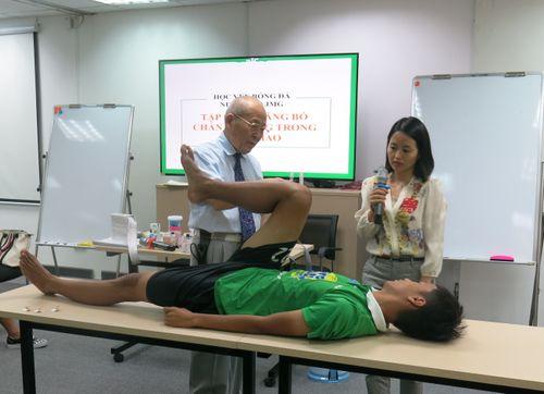 Bác sĩ Nhật hướng dẫn trị liệu chấn thương cho học viện bóng đá NutiFood JMG - Ảnh 3