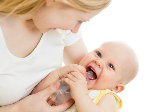Cha mẹ cần làm gì khi trẻ bị sốt để giảm bớt khó chịu - Ảnh 2