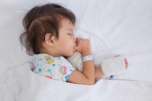 Cha mẹ cần làm gì khi trẻ bị sốt để giảm bớt khó chịu - Ảnh 1