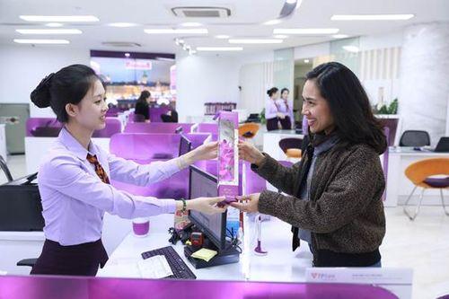 Nhiều chị em bất ngờ khi nhận được quà tại TPBank vào sáng 8/3 - Ảnh 1