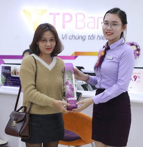 Nhiều chị em bất ngờ khi nhận được quà tại TPBank vào sáng 8/3 - Ảnh 3