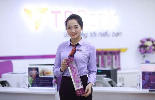Nhiều chị em bất ngờ khi nhận được quà tại TPBank vào sáng 8/3 - Ảnh 4