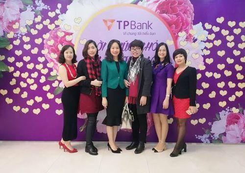 Nhiều chị em bất ngờ khi nhận được quà tại TPBank vào sáng 8/3 - Ảnh 6