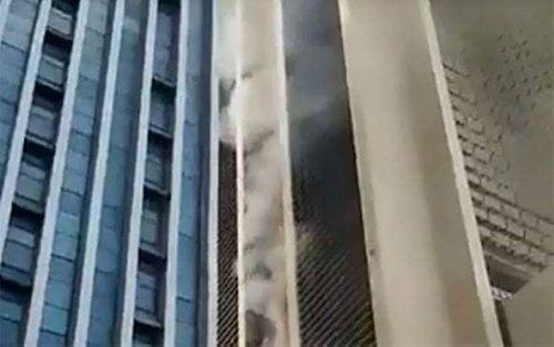 Tòa nhà 28 tầng của Cục viễn thông bất ngờ bốc cháy - Ảnh 1
