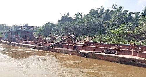 Bắt 4 tàu khai thác cát trái phép trên sông Hồng - Ảnh 1