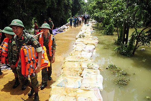 Kịp thời đắp gần 1km đê ở Hòa Bình, ngăn nước tràn xuống ngoại thành Hà Nội - Ảnh 2